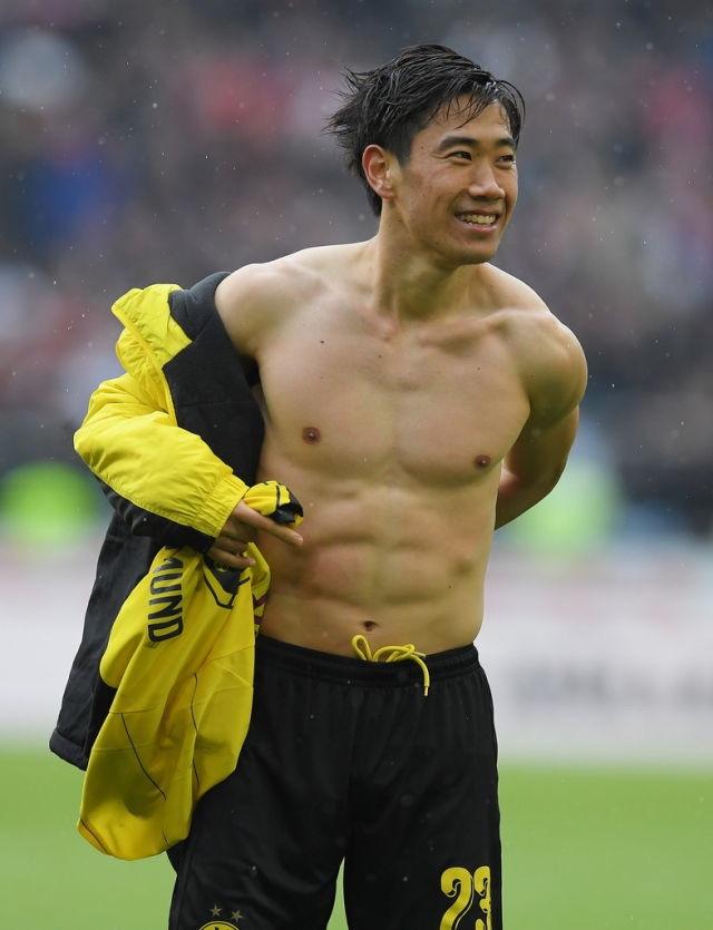 kagawa gives a fan jersey