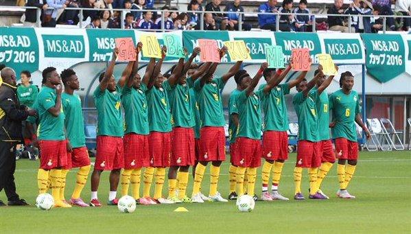 Ghana players hold up Ganbatte Kumamoto ahead of todays football friendly v Japan U23