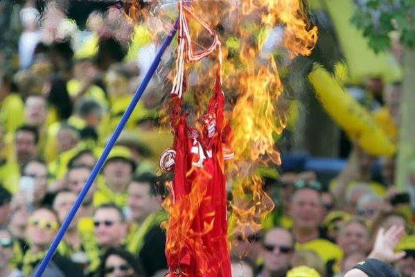 BVB Supporters burning Bayern Munich Hummels jersey