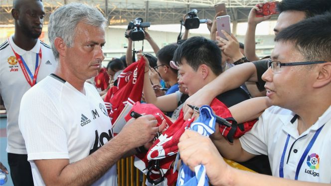 Watch Jose Mourinho swerve a fan who wanted his Chelsea jersey signed