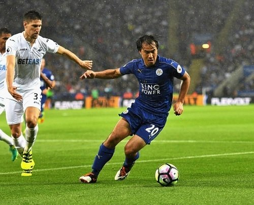 Okazaki has his rebound from Mahrezs penalty saved by Fabianski as Leicester failed to extend their advantage