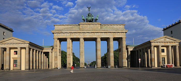 BrandenburgTor_in_early_morning_light.jpg