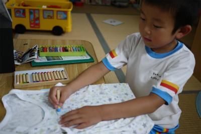 トシ君シャツに絵を描く