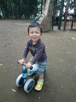 公園でバイクに乗るこばぶ