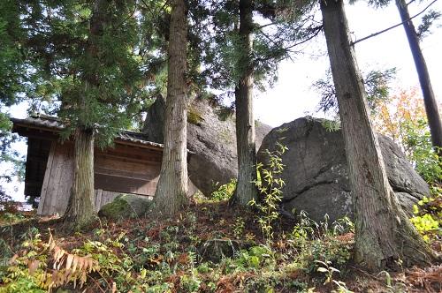 民家脇の巨石1