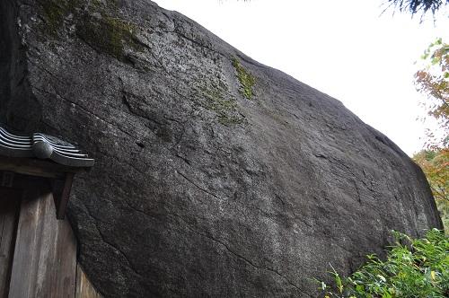 民家脇の巨石3