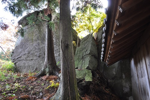 民家脇の巨石4