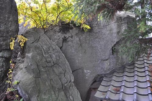 民家脇の巨石7