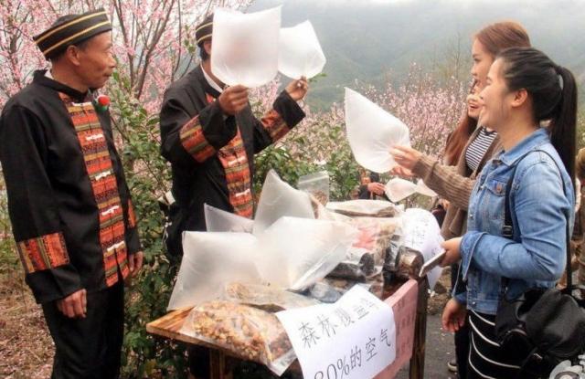 【中国】山の新鮮な空気を住民が販売