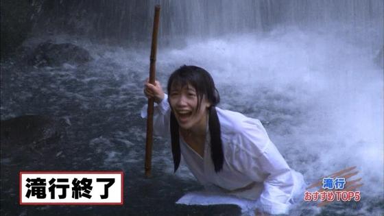 加藤里保菜 ランク王国滝行の透けブラキャプ 画像22枚 21