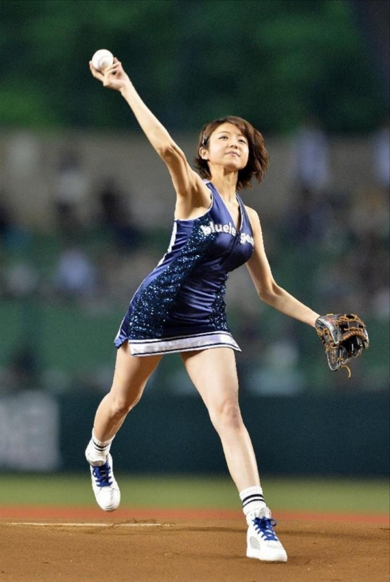 中村静香 始球式のパンチラ&Fカップ谷間キャプ 画像21枚 17