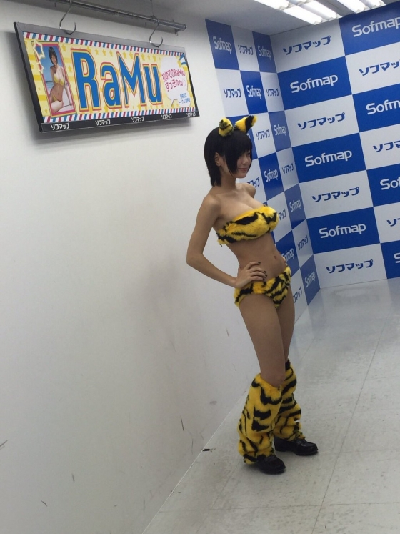 Ramu Gカップ爆乳谷間&腋見せソフマップイベント 画像20枚 16
