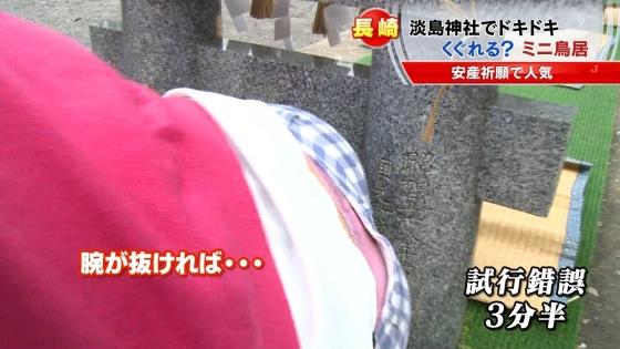宮崎真実 ピンクパンチラ披露の安産祈願鳥居くぐりキャプ 画像14枚 10