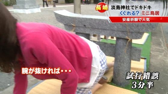 宮崎真実 ピンクパンチラ披露の安産祈願鳥居くぐりキャプ 画像14枚 12