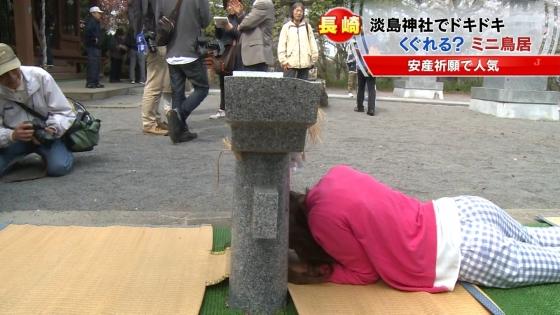 宮崎真実 ピンクパンチラ披露の安産祈願鳥居くぐりキャプ 画像14枚 5