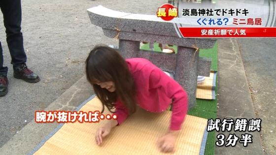 宮崎真実 ピンクパンチラ披露の安産祈願鳥居くぐりキャプ 画像14枚 7