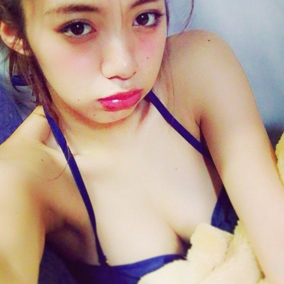 池田エライザ Gカップ爆乳谷間を着衣で披露したグラビア 画像28枚 26