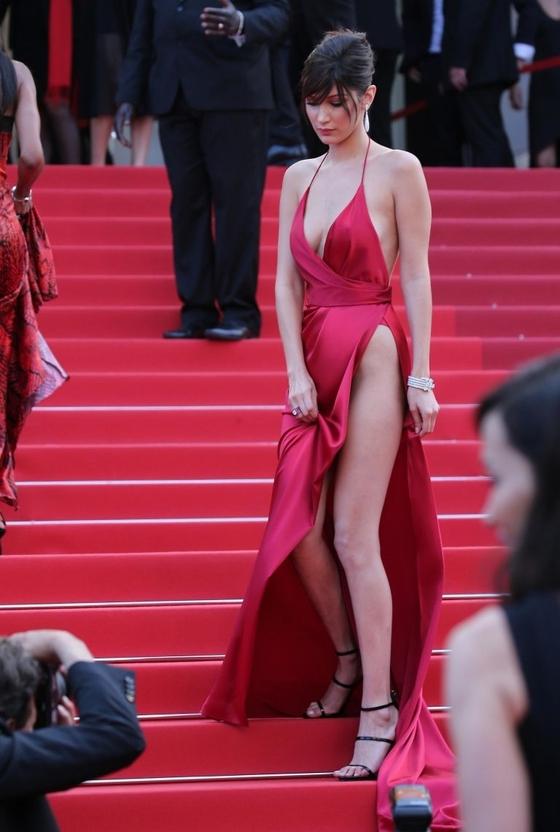 ベラ・ハディッド 陰毛と横乳がポロリしたカンヌのドレス姿 画像30枚 25