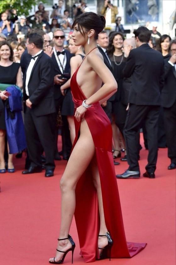 ベラ・ハディッド 陰毛と横乳がポロリしたカンヌのドレス姿 画像30枚 9