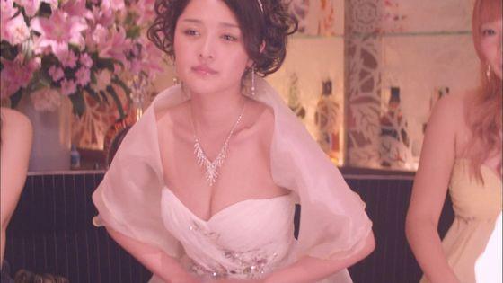 片山萌美 ドラマのキャバ嬢役で披露するGカップ谷間キャプ 画像30枚 4