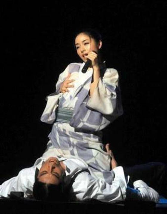 松井玲奈 舞台公演でキスやおっぱい揉みを披露 画像19枚 12