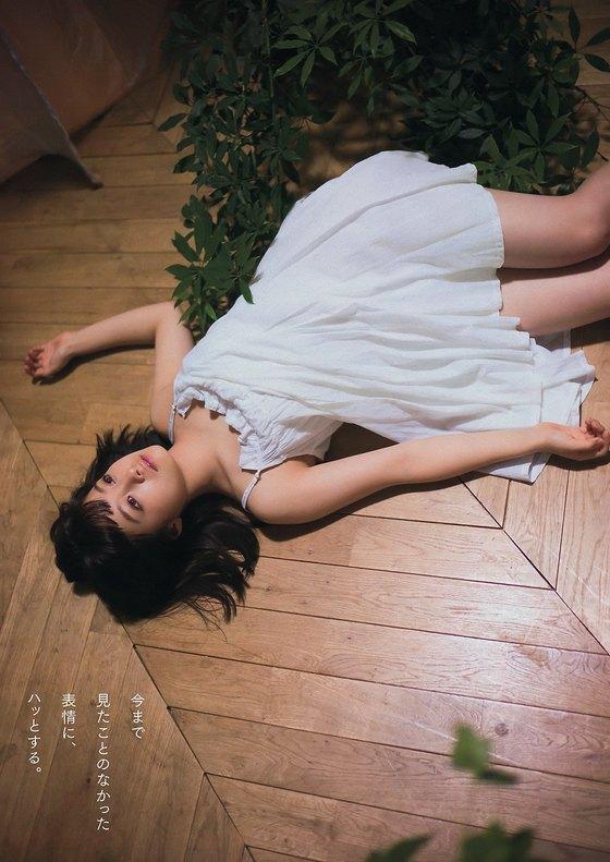 橋本環奈 Dカップ谷間と膨らみが眩しいヤンマガ最新グラビア 画像27枚 24