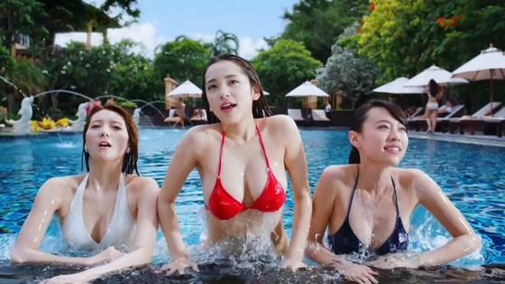都丸紗也華 モンストCMのFカップ巨乳谷間キャプ 画像30枚 3