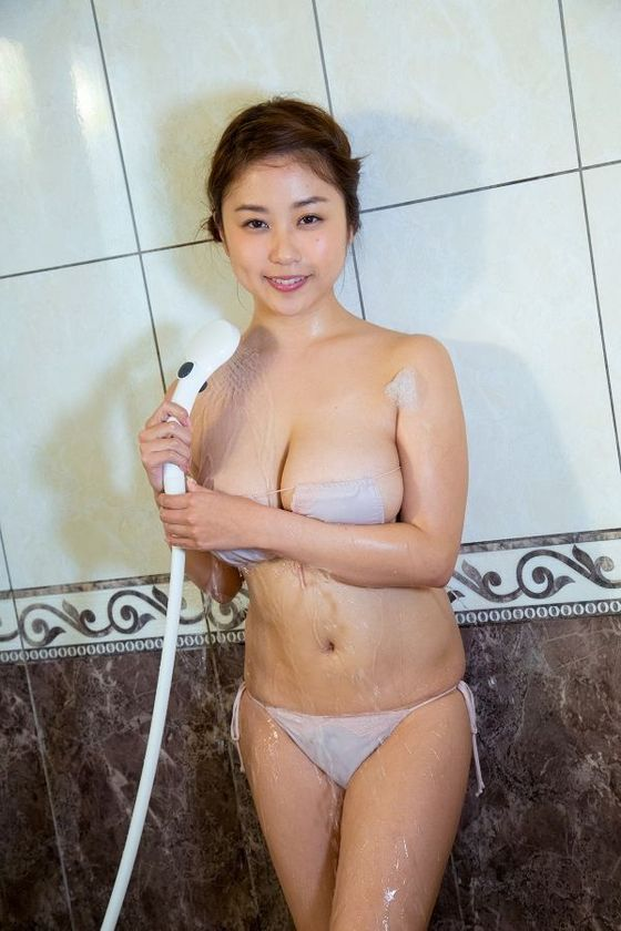 西田麻衣 写真集未熟PRイベントのIカップ谷間 画像30枚 9