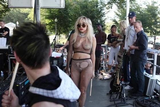 女性アーティストを襲ったライブ中のハプニング的ポロリ 画像35枚 13
