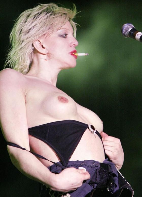 女性アーティストを襲ったライブ中のハプニング的ポロリ 画像35枚 17