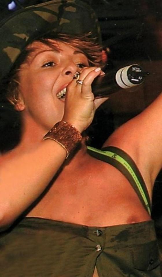 女性アーティストを襲ったライブ中のハプニング的ポロリ 画像35枚 25