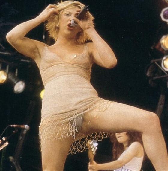 女性アーティストを襲ったライブ中のハプニング的ポロリ 画像35枚 33