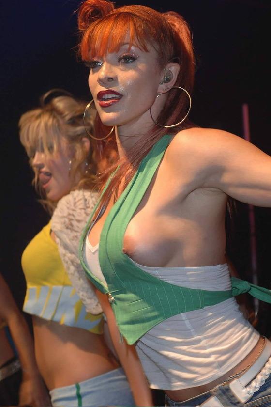 女性アーティストを襲ったライブ中のハプニング的ポロリ 画像35枚 5