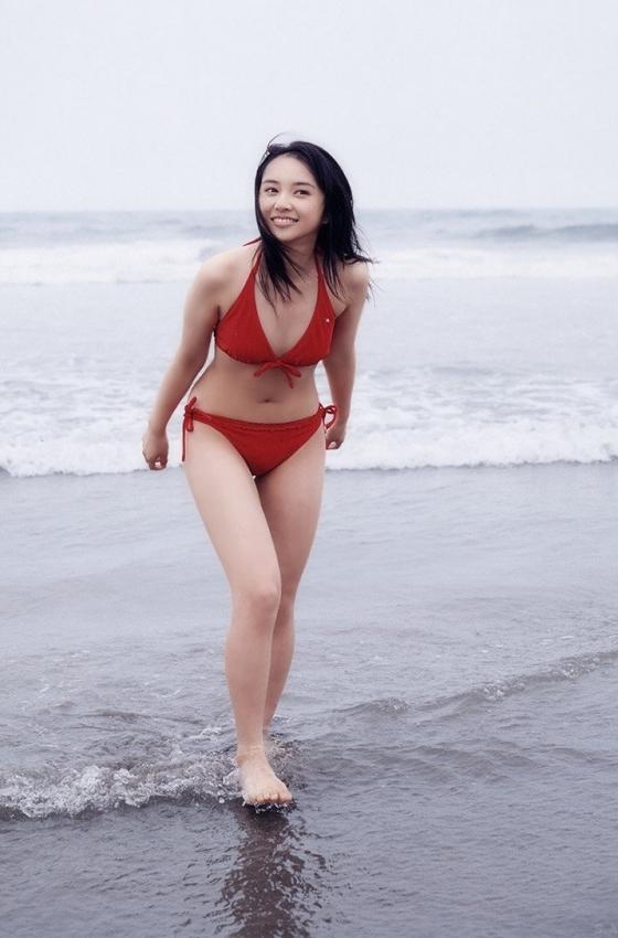 小宮有紗 スレンダー美脚と太ももが眩しい水着グラビア 画像25枚 24