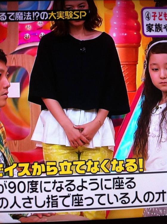 マン筋や股間食い込みがテレビ番組で見れたお宝キャプ 画像47枚 32