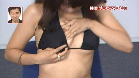 乳首チラや乳輪チラしてしまったテレビ番組の放送事故キャプ 画像24枚 5