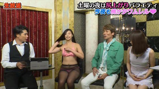 佐山彩香 黒パンスト+ビキニ姿の巨尻&股間キャプ 画像43枚 8