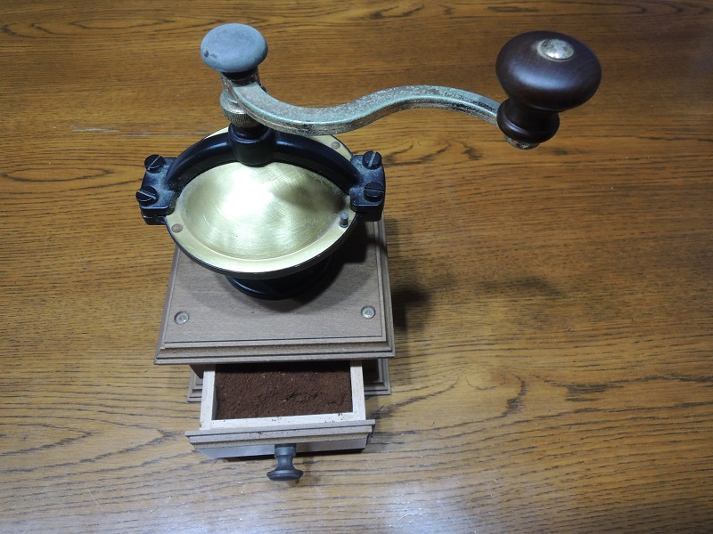 珈琲豆を挽く