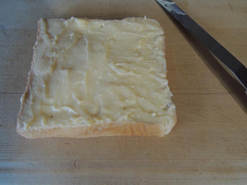 パンにカスタードを塗ります その2