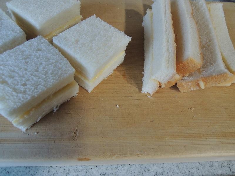先にパンを切ります