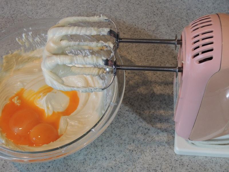 チーズとバターと砂糖でクリーム状にして、そこに卵黄