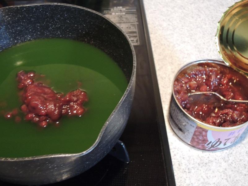 寒天液に小豆を入れます