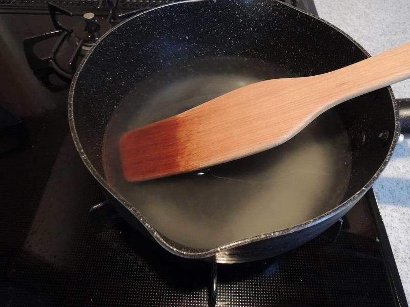 粉寒天と水を鍋に入れます