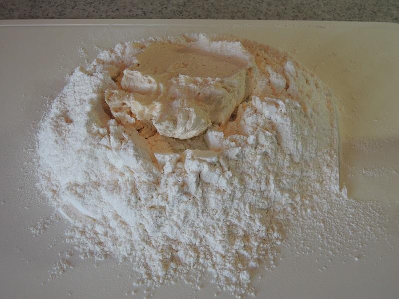 小麦粉とクリームを合わせます