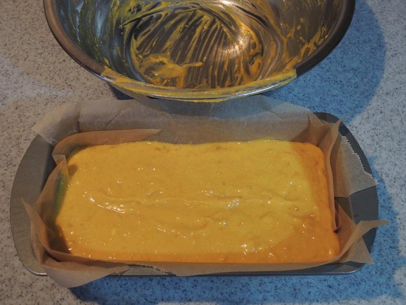 パウンドケーキ型に流し込みます