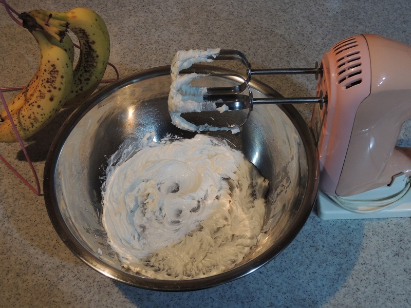 バターをクリーム状に