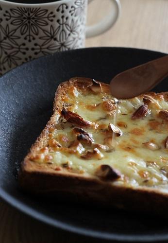 ナッツをのせたはちみつクミンチーズトースト3