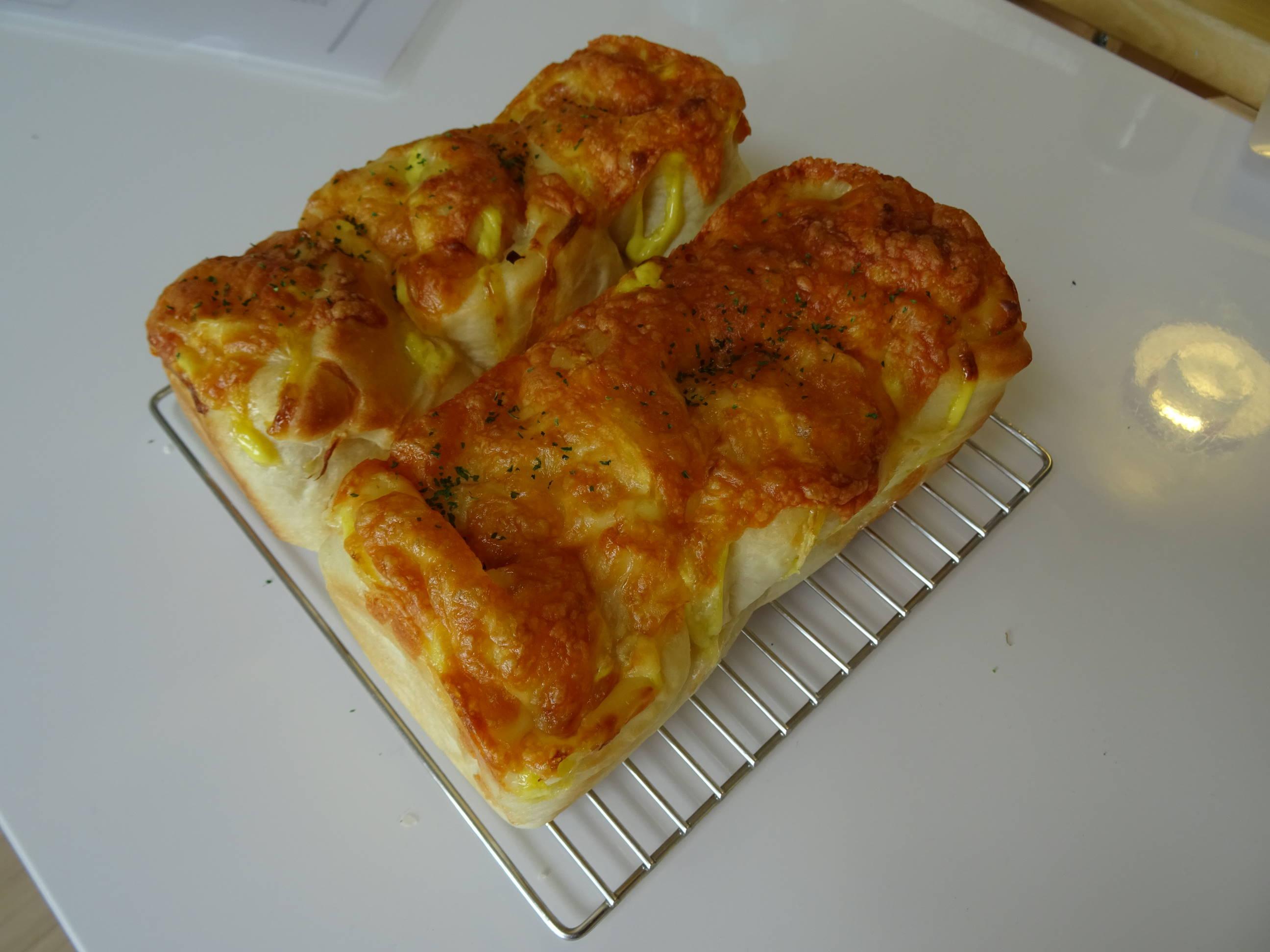 オニオンチーズブレッドとミルクの折込パン1