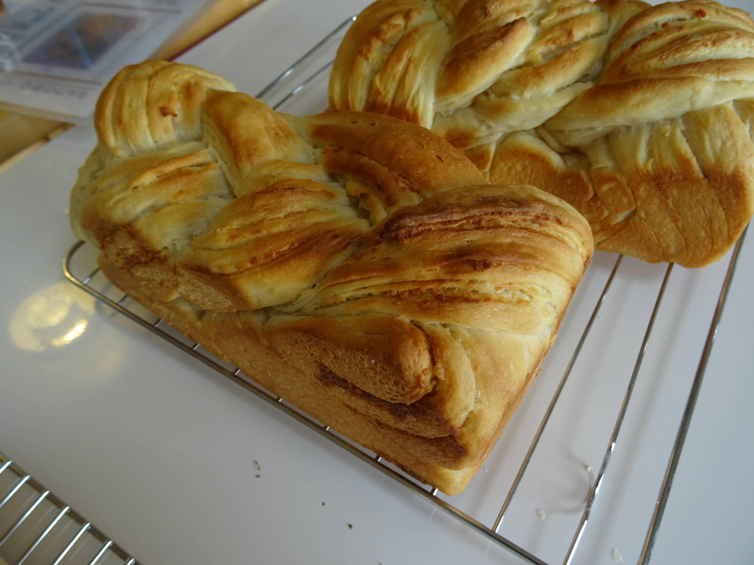 オニオンチーズブレッドとミルクの折込パン3