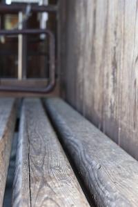 味わいのある木造ベンチ